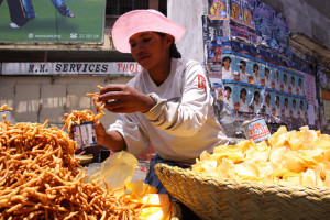 Kakapizon_and_chips_food_vendor_in_Antananarivo_Madagascar